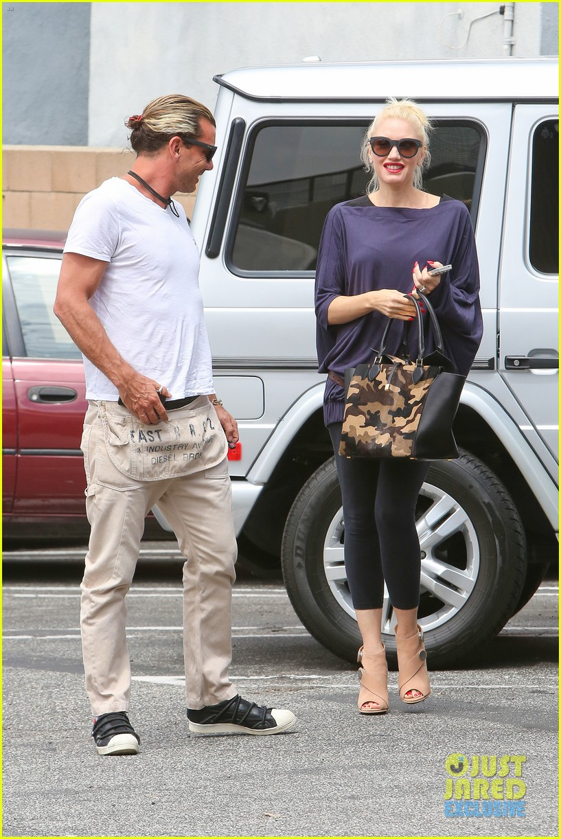 gwen stefani gavin rossdale hold hands for hugos lunch date 14