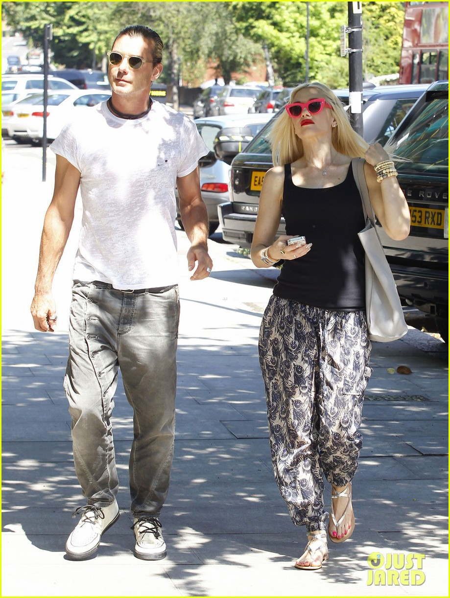 gwen stefani gavin rossdale hold hands for lunch 092922267