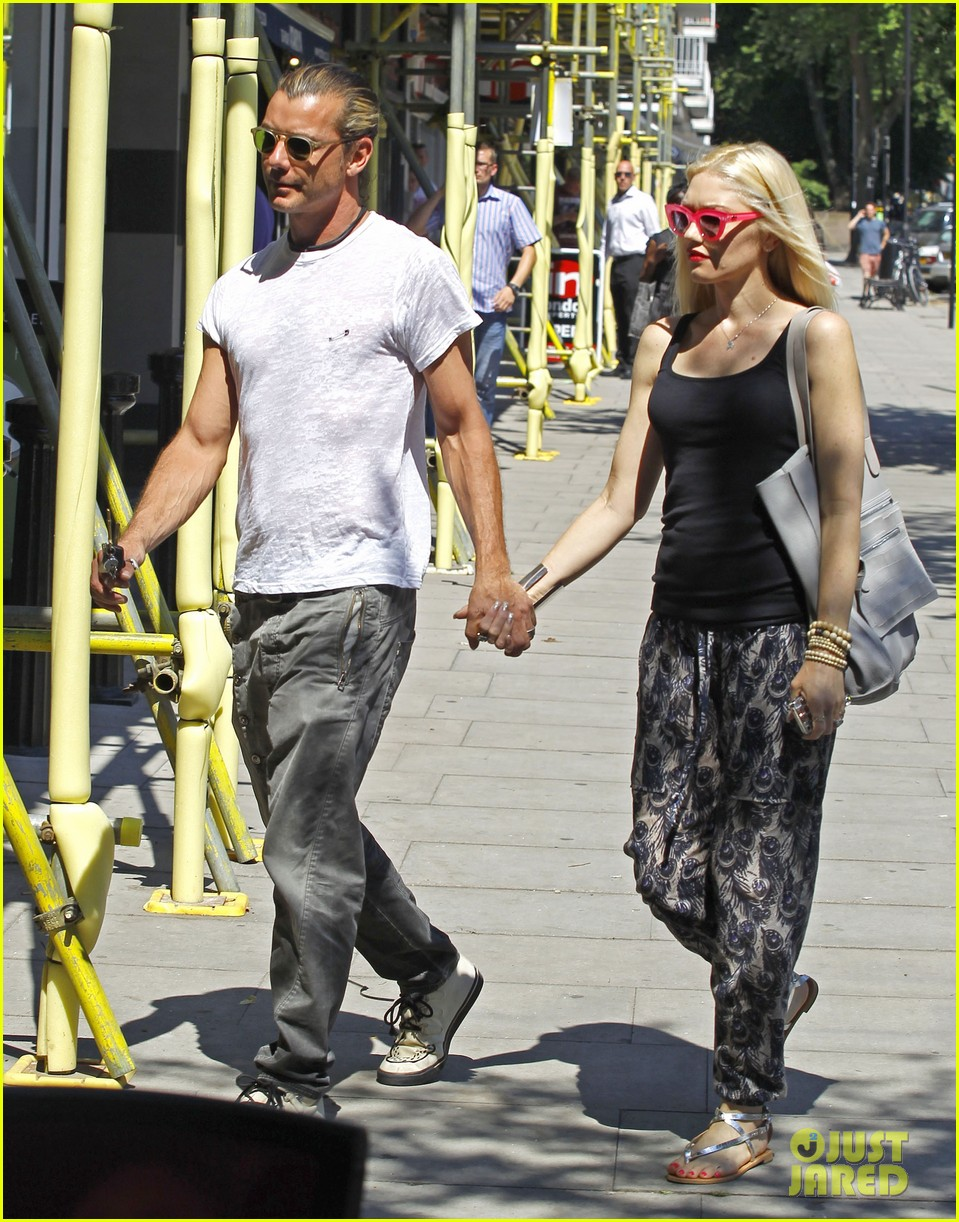 gwen stefani gavin rossdale hold hands for lunch 112922269