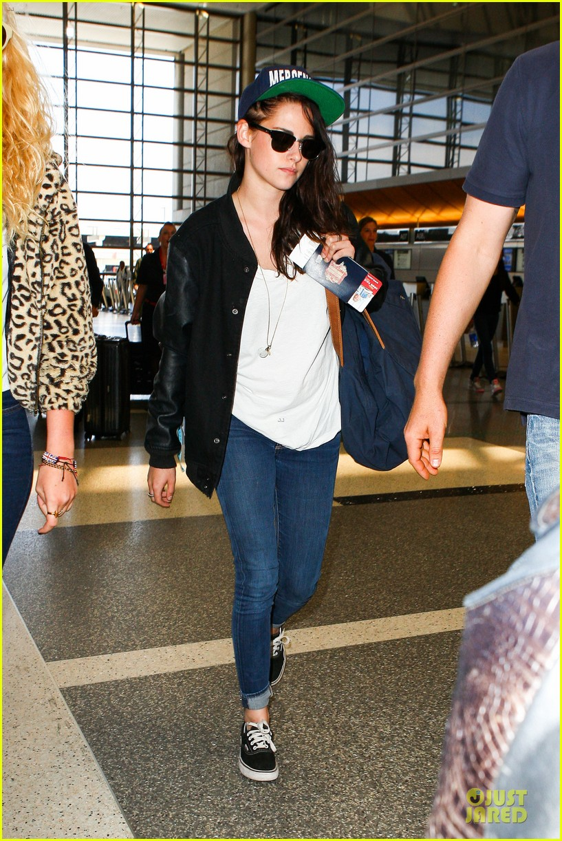 kristen stewart supports mercenaries at lax airport 032933521