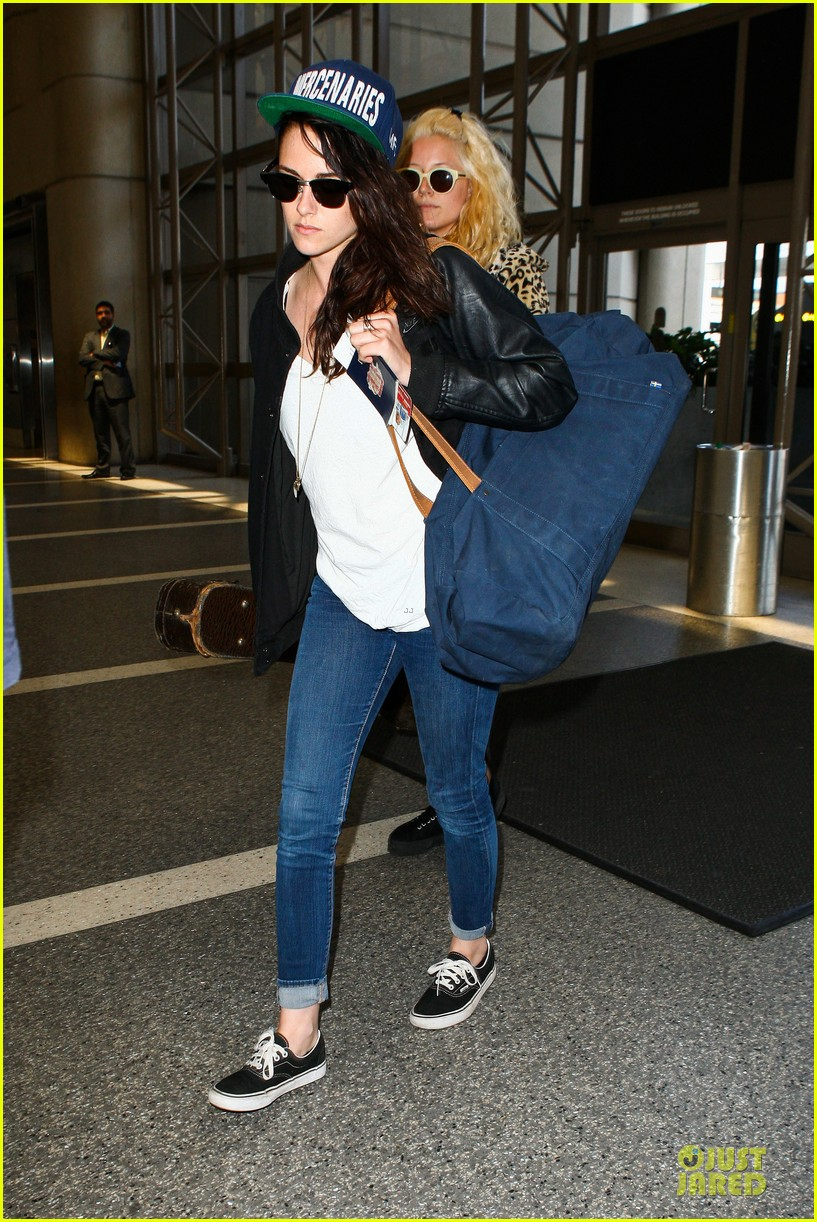 kristen stewart supports mercenaries at lax airport 132933531