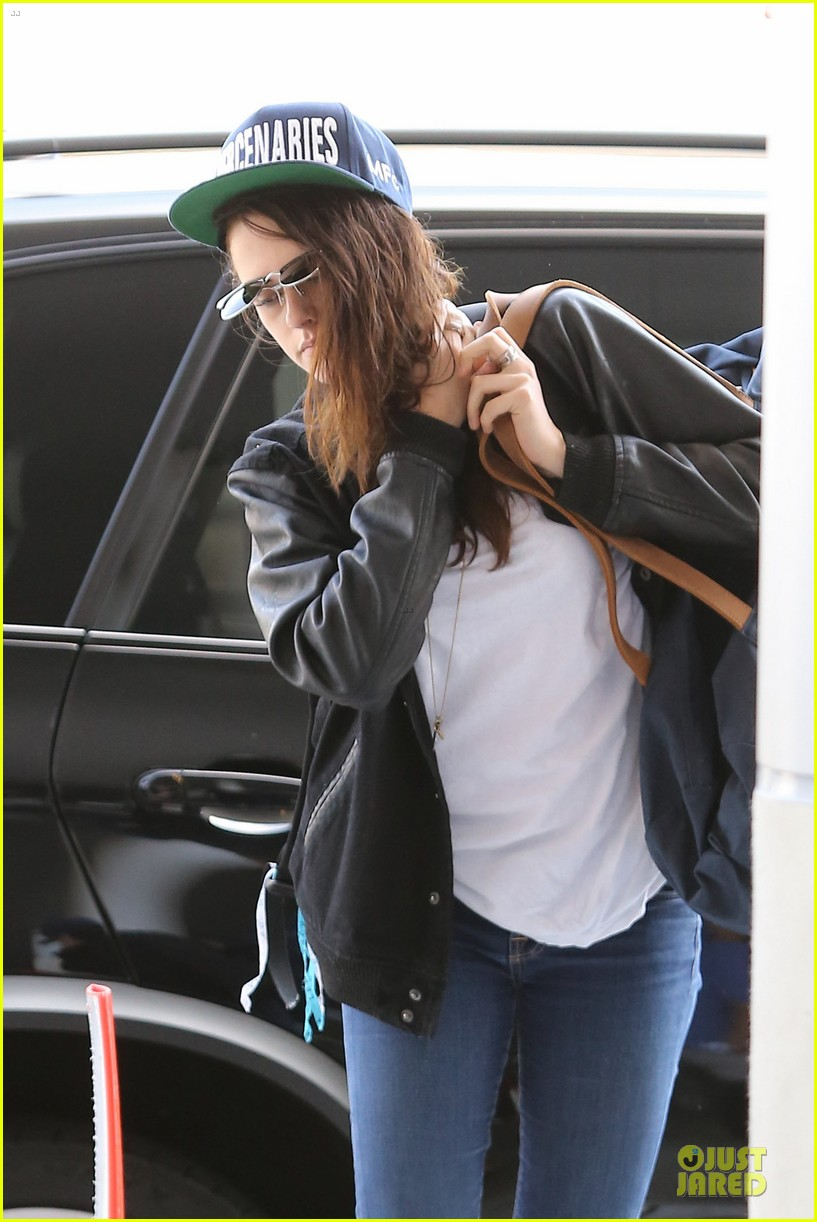 kristen stewart supports mercenaries at lax airport 172933535