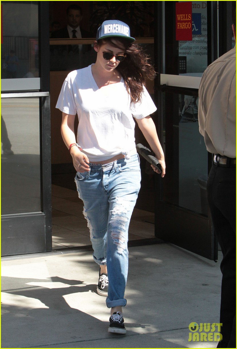 kristen stewart is a mercenary at the bank 102930939