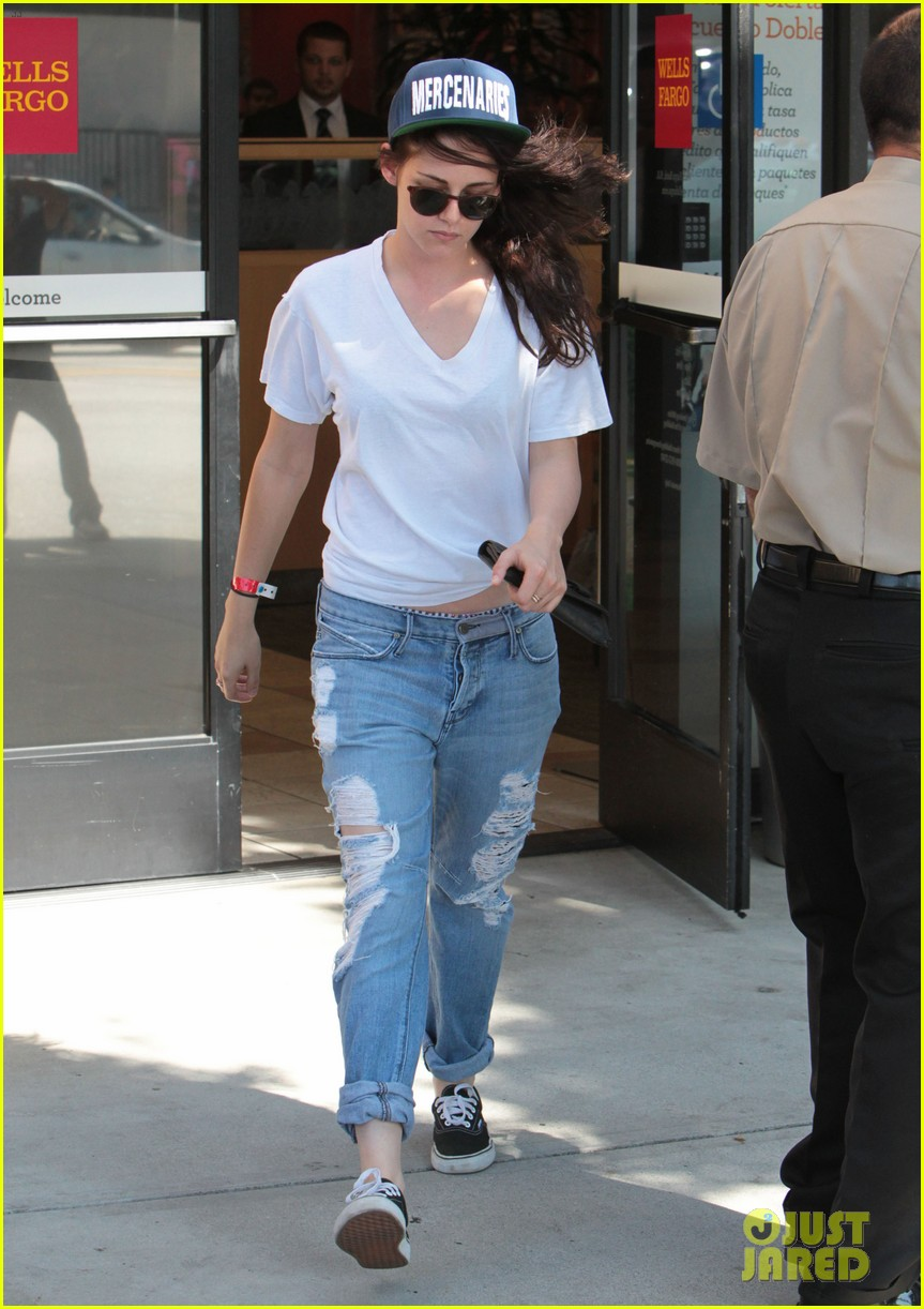 kristen stewart is a mercenary at the bank 112930940