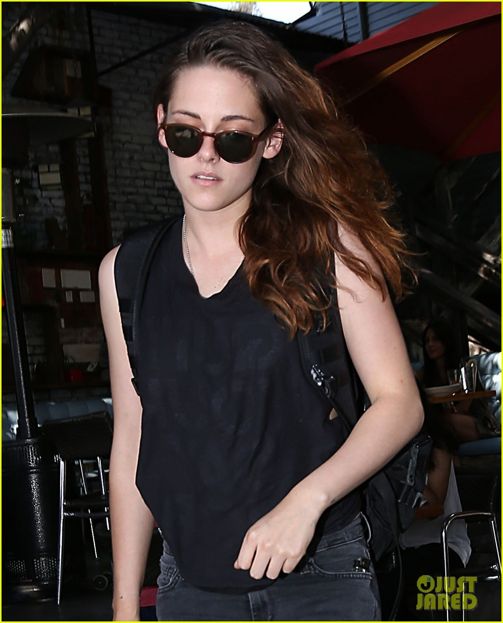kristen stewart grabs lunch at theres no place like home 04