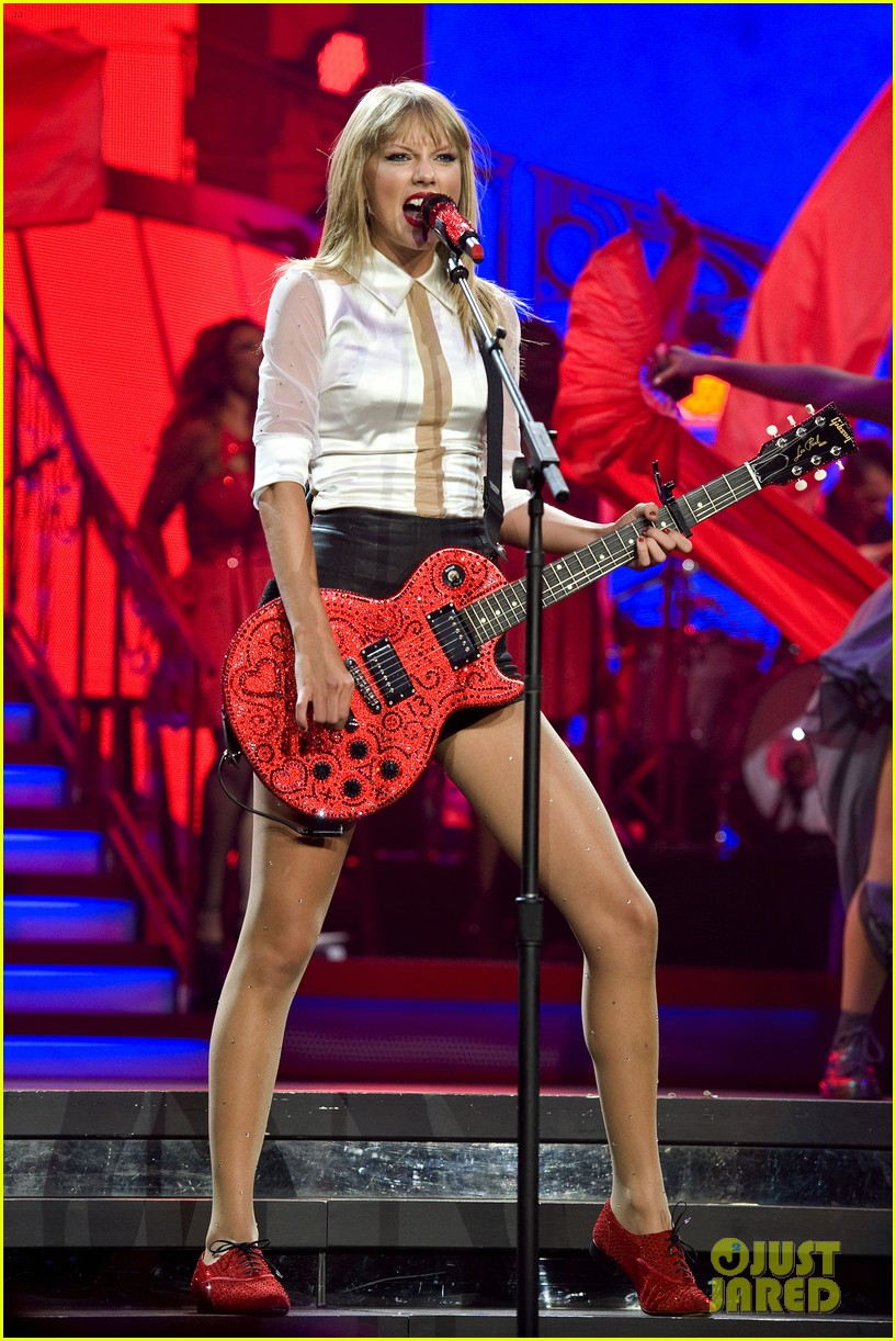 Taylor Swift Sara Bareilles Perform Brave On The Red Tour Photo 2933838 Cher Lloyd Sara Bareilles Taylor Swift Pictures Just Jared
