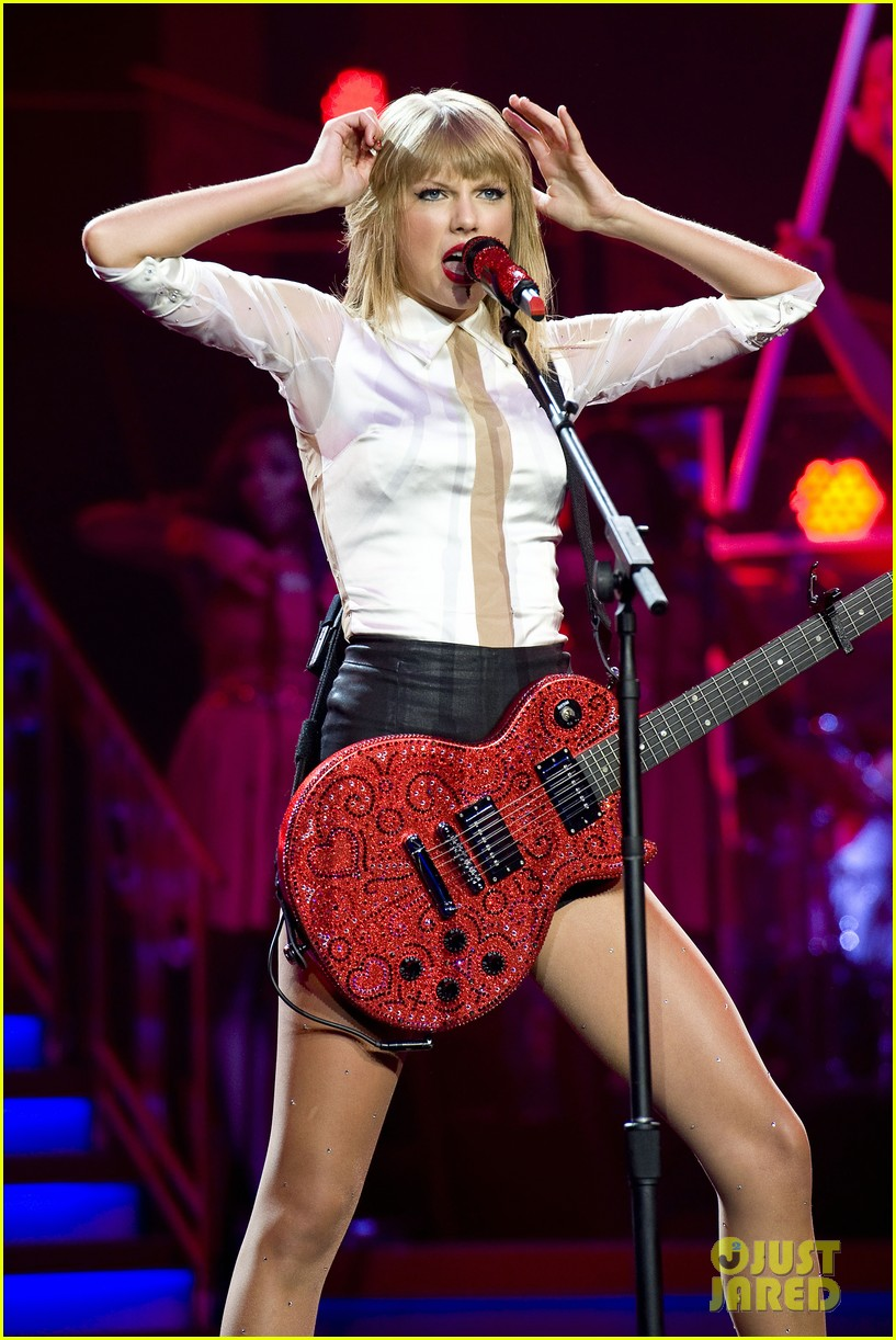 taylor swift sara bareilles perform brave on the red tour 082933841