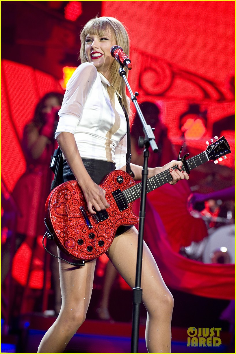taylor swift sara bareilles perform brave on the red tour 13