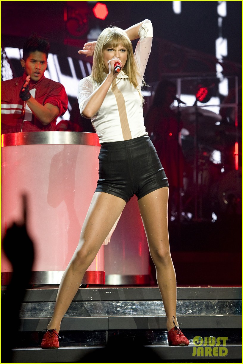taylor swift sara bareilles perform brave on the red tour 162933849