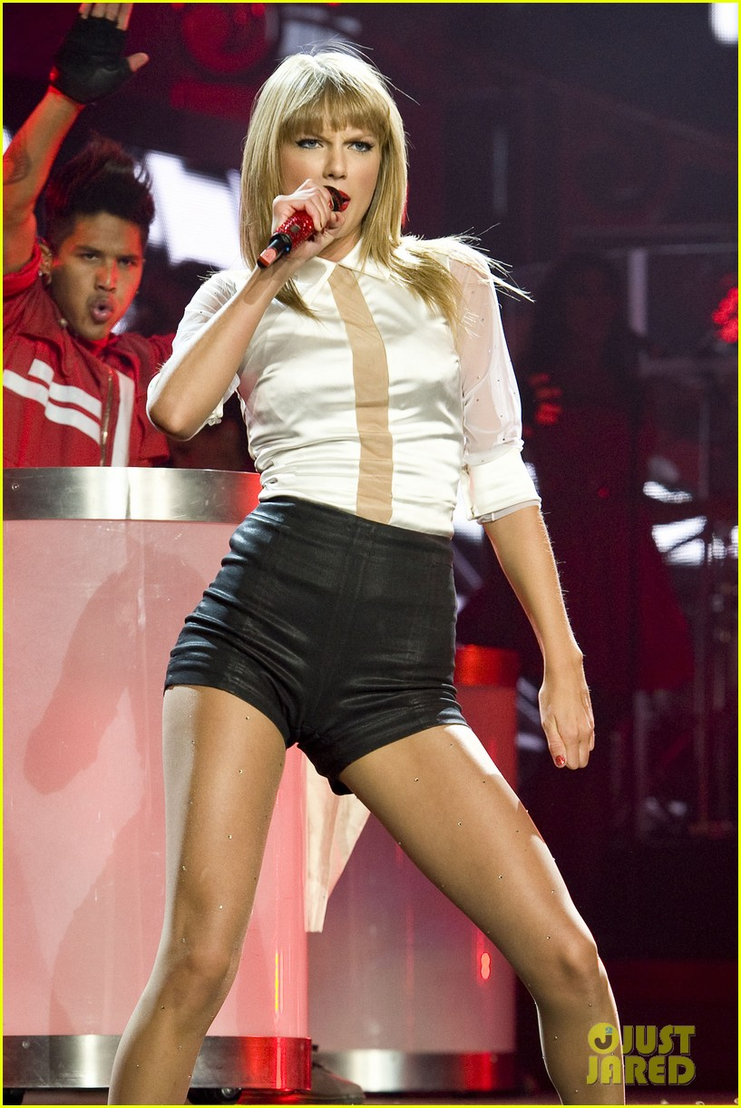 taylor swift sara bareilles perform brave on the red tour 172933850