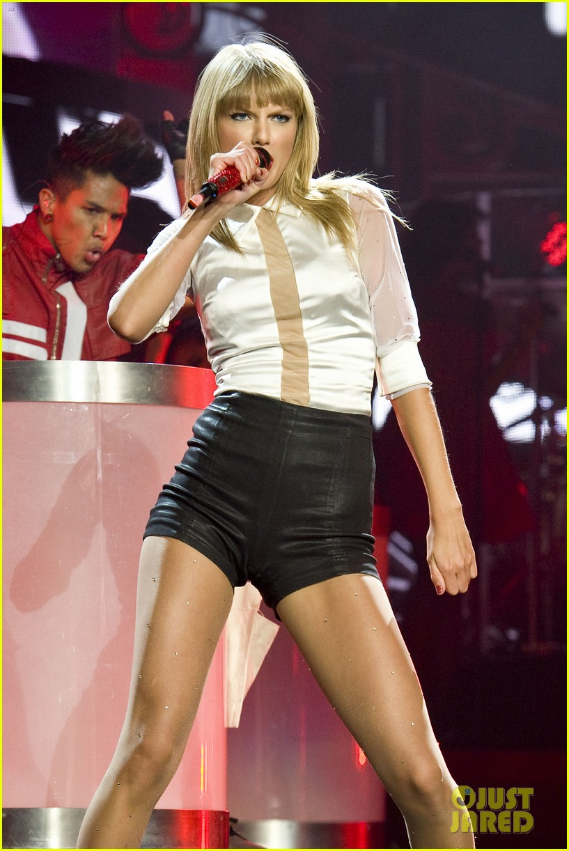 taylor swift sara bareilles perform brave on the red tour 182933851