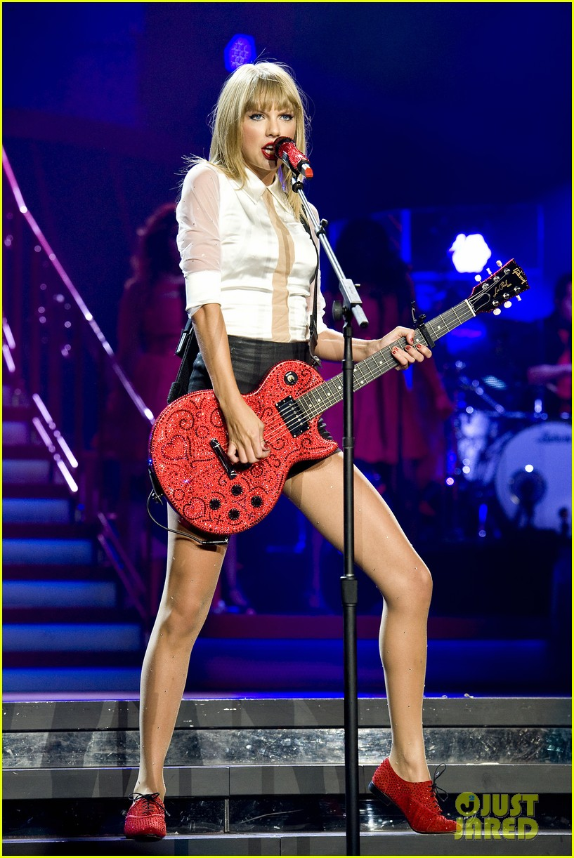 taylor swift sara bareilles perform brave on the red tour 492933882