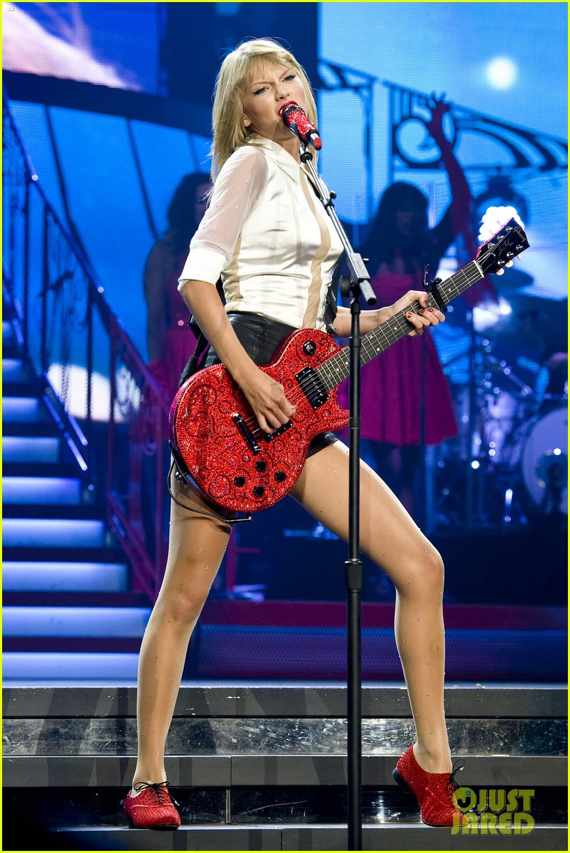 taylor swift sara bareilles perform brave on the red tour 552933888