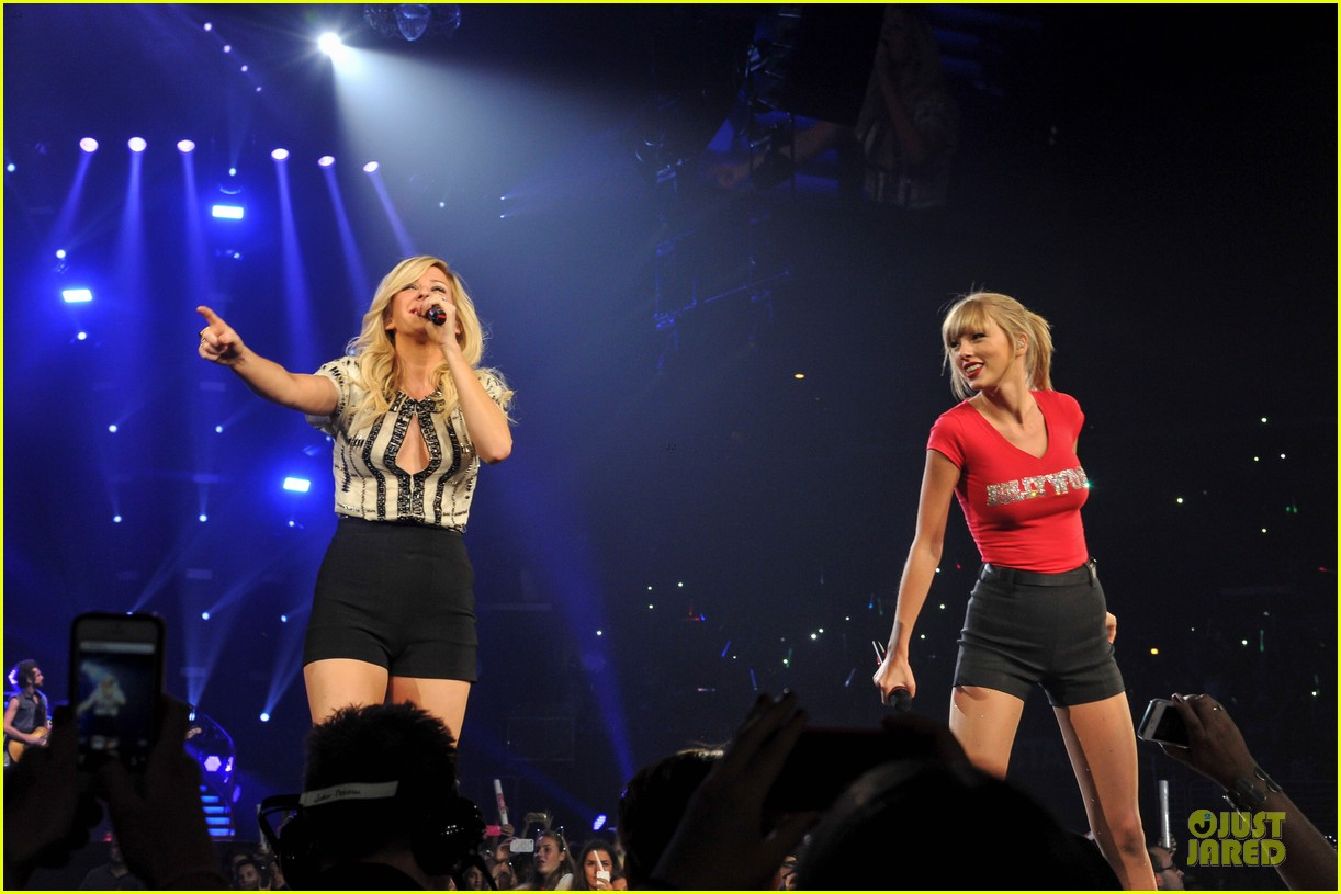 taylor swift performs anything performance with ellie goulding 032936571