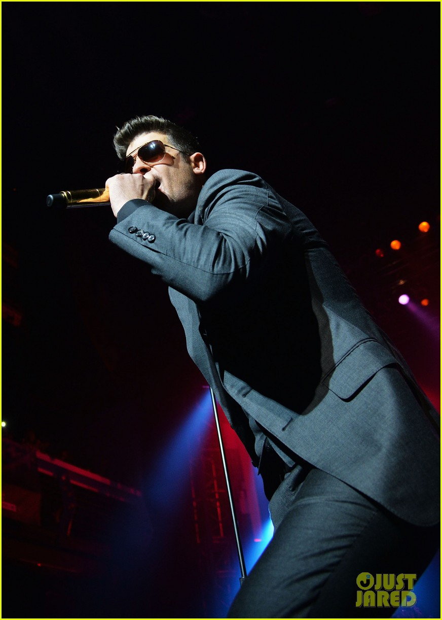 robin thicke macklemore perform pre vma 2013 concert 082937090