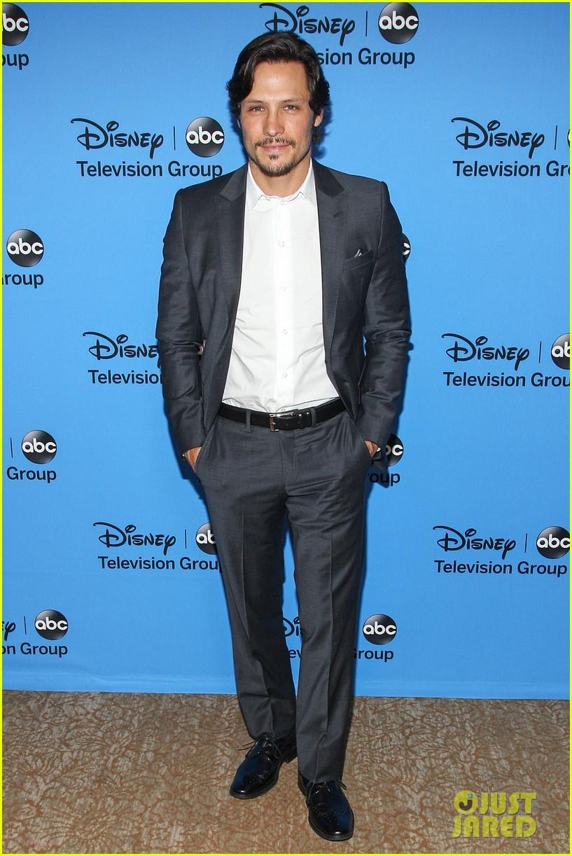 emily vancamp joshua bowman tcas disneyabc party 102923847