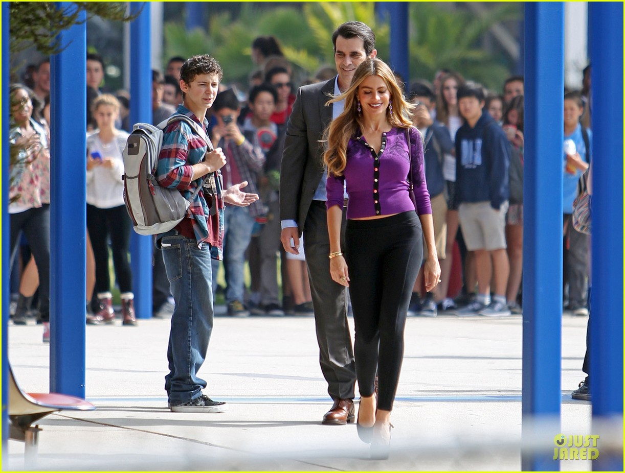 sofia vergara carries infant on modern family set 032931709