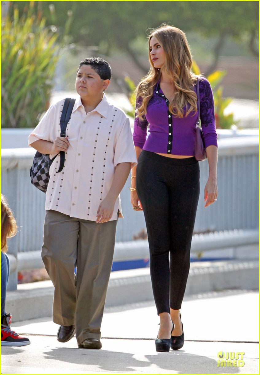 sofia vergara carries infant on modern family set 052931711