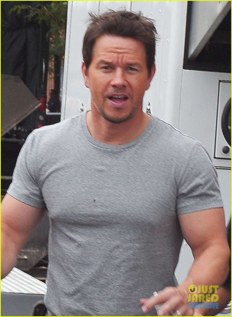 mark wahlberg flaunts big muscles on transformers 4 set 062939672