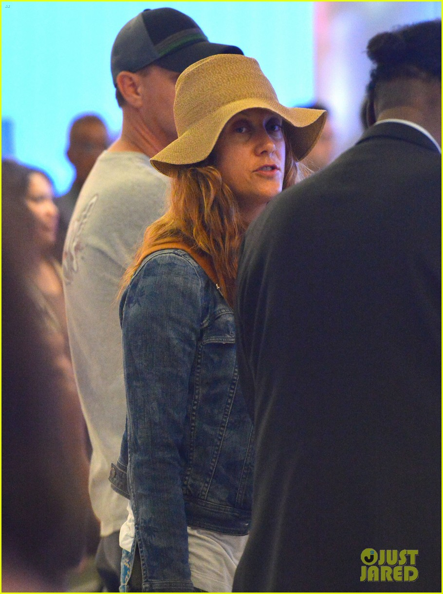 kate walsh ends caribbean vacation with flight to lax 042923923