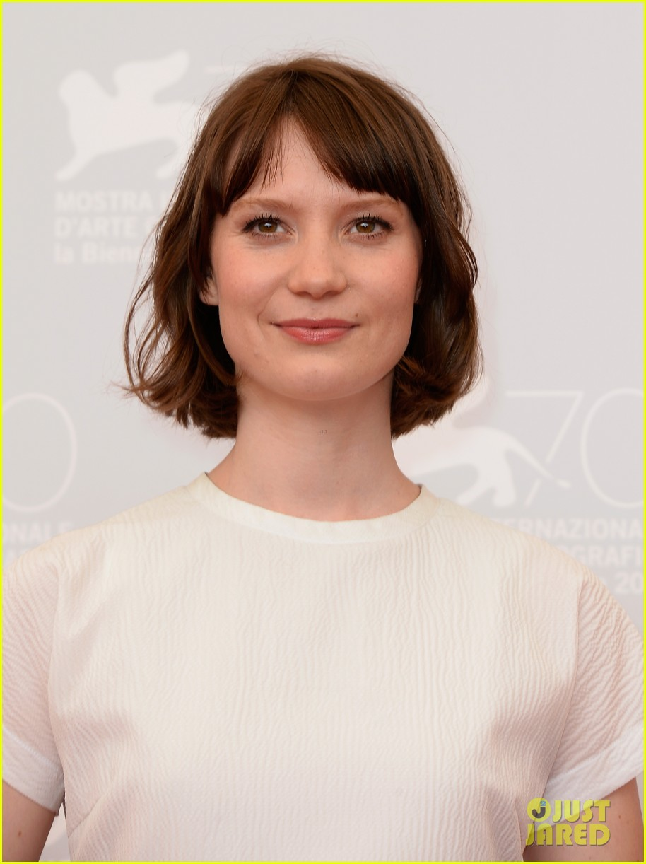 mia wasikowska tracks venice photo call 08