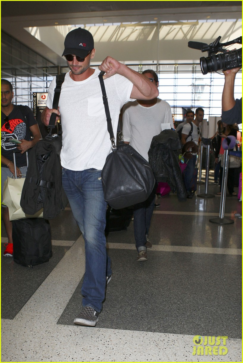 tom welling makes rare appearance at lax 082940891