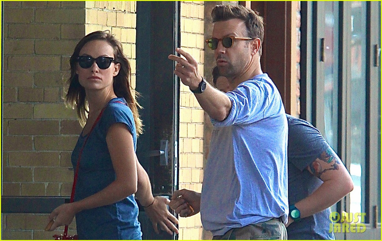 olivia wilde jason sudeikis give tourists directions in nyc 03