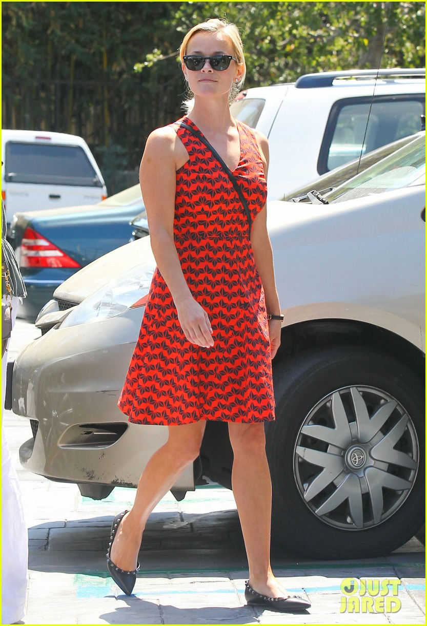 reese witherspoon business meeting at le pain quotidien 062940874