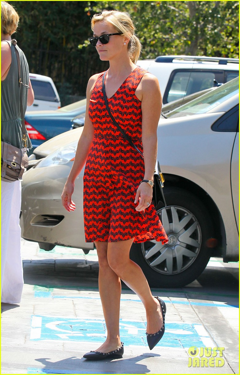 reese witherspoon business meeting at le pain quotidien 08