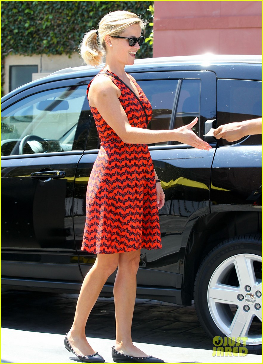 reese witherspoon business meeting at le pain quotidien 092940877