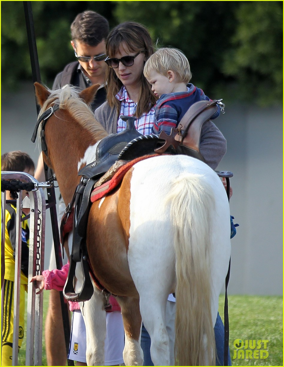 ben affleck gets hugs from violet after big family outing 02