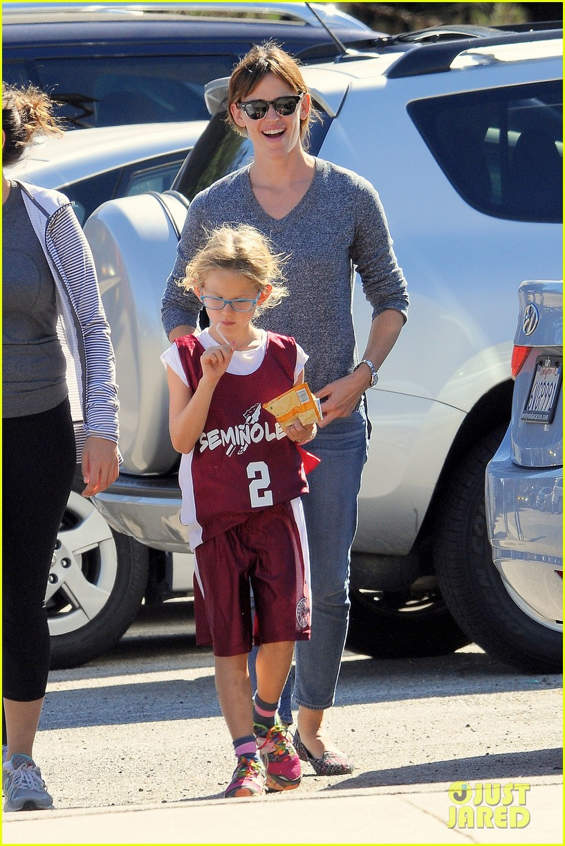 ben affleck gets hugs from violet after big family outing 032958446