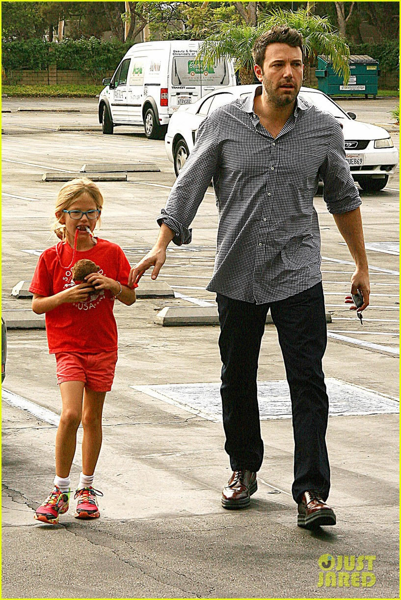 ben affleck gets hugs from violet after big family outing 052958448
