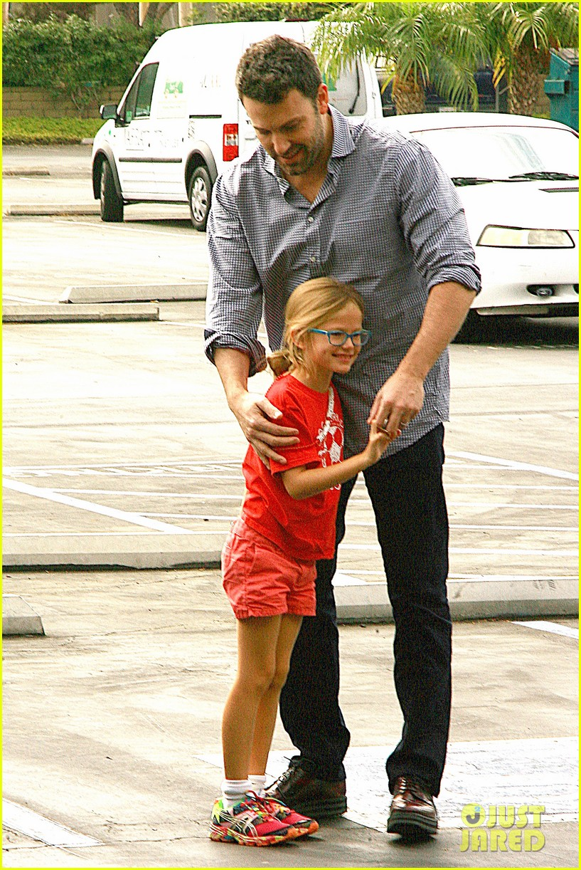 ben affleck gets hugs from violet after big family outing 072958450