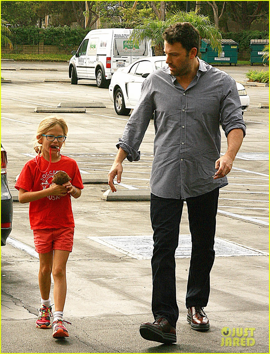 ben affleck gets hugs from violet after big family outing 112958454
