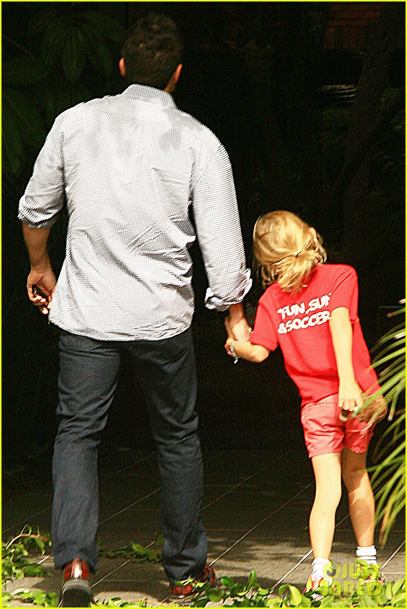 ben affleck gets hugs from violet after big family outing 142958457