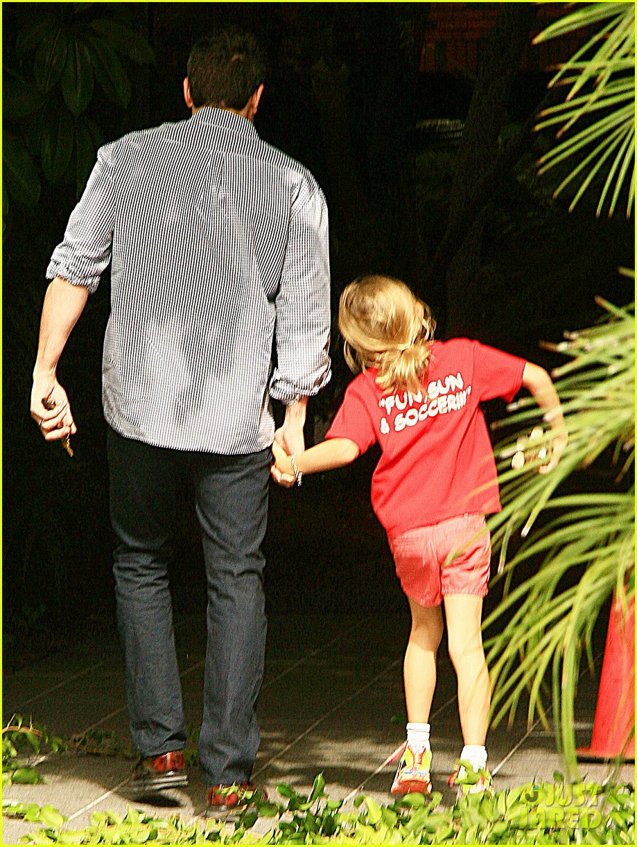 ben affleck gets hugs from violet after big family outing 15
