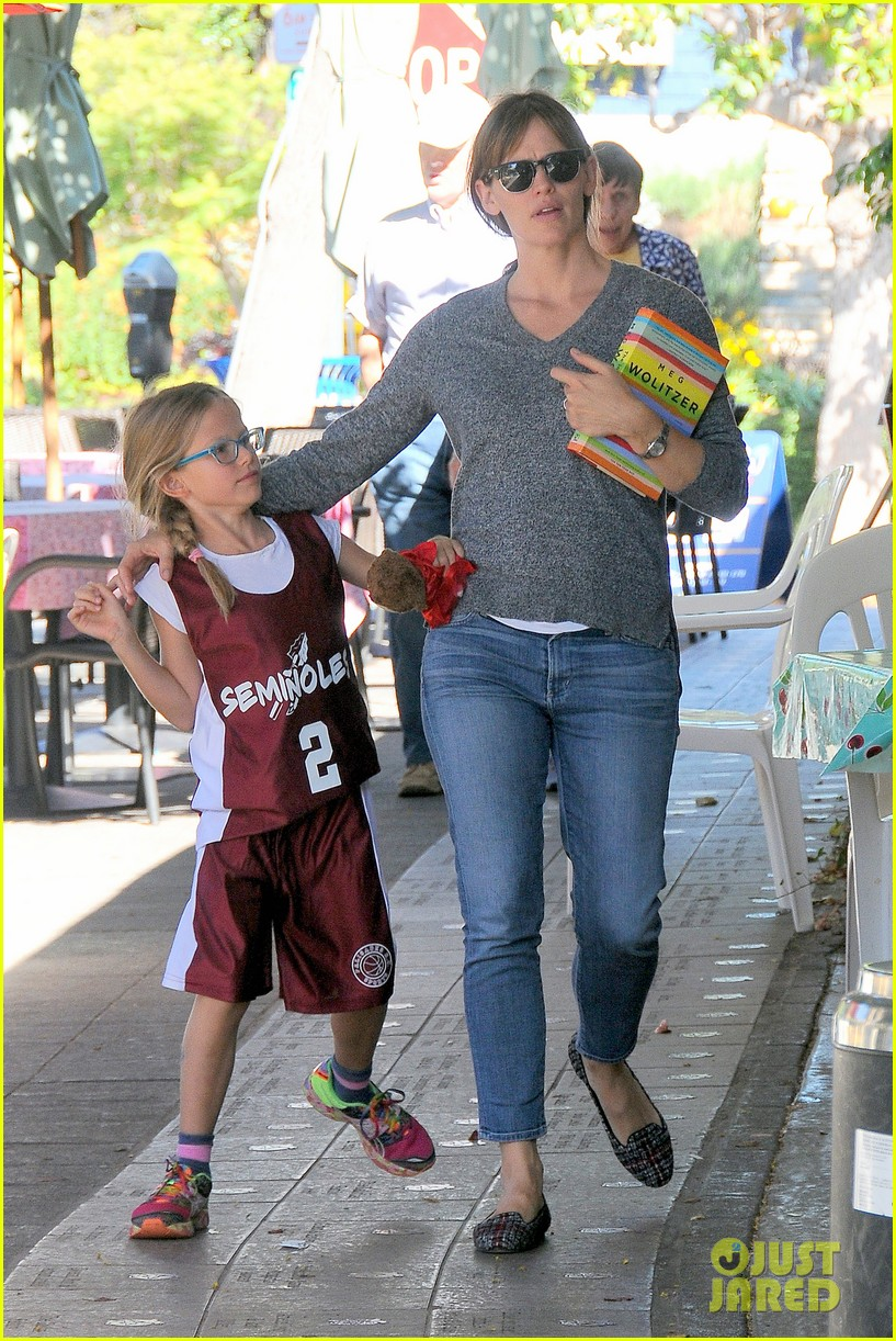 ben affleck gets hugs from violet after big family outing 172958460