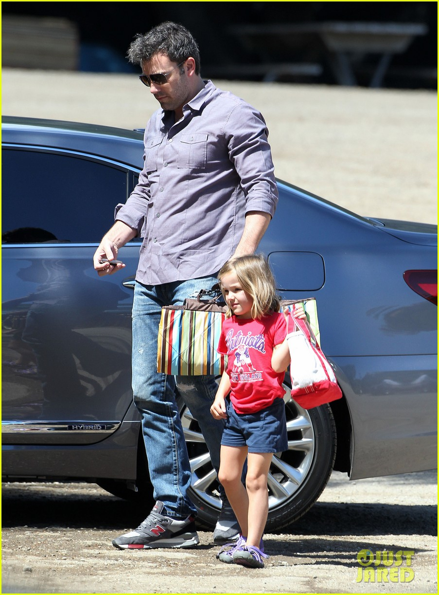 ben affleck plays mr mom while jennifer garner works 082948950