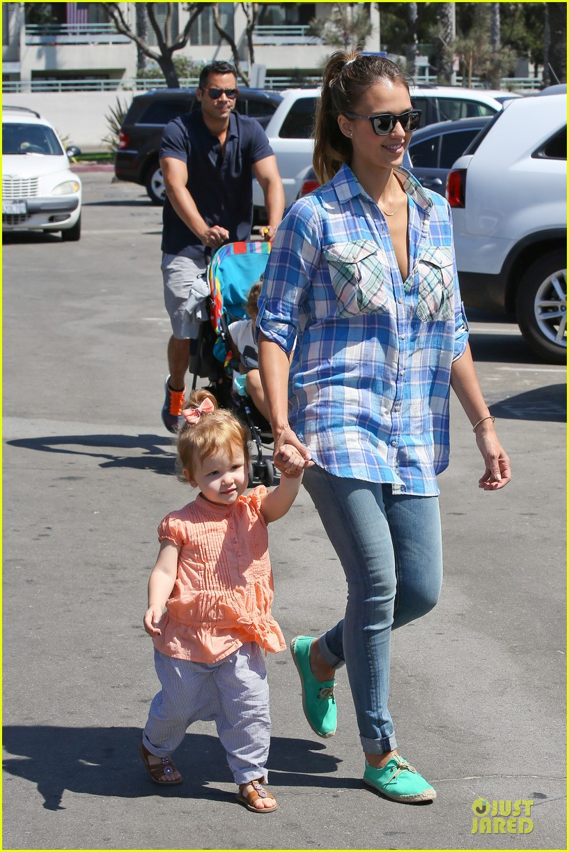 jessica alba farmers market fun with family after nyfw 032953648