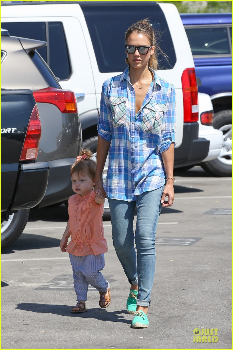 jessica alba farmers market fun with family after nyfw 32