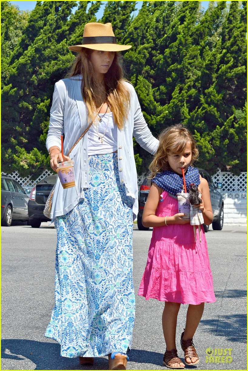 jessica alba labor day grocery shopping with honor 112943230