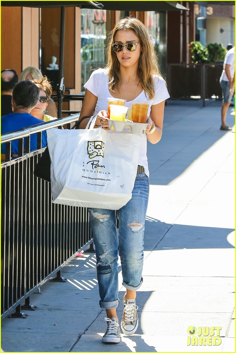jessica alba sunday mall stop 112962817