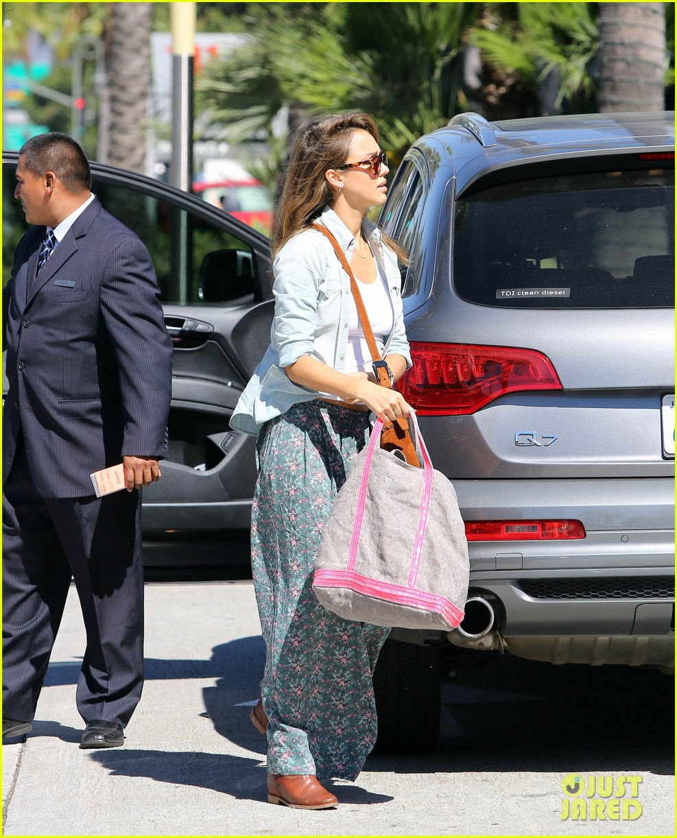 jessica alba sunday mall stop 132962819