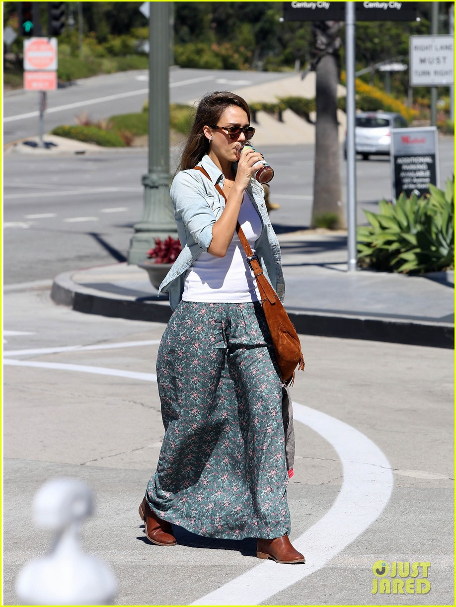 jessica alba sunday mall stop 232962829