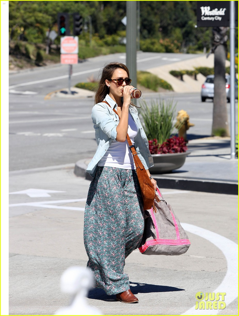 jessica alba sunday mall stop 242962830