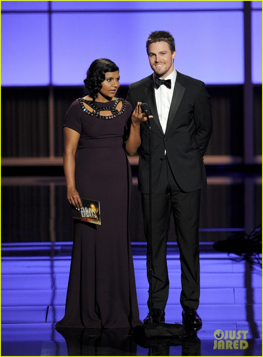 stephen amell emmys 2013 with mindy kaling 012958423