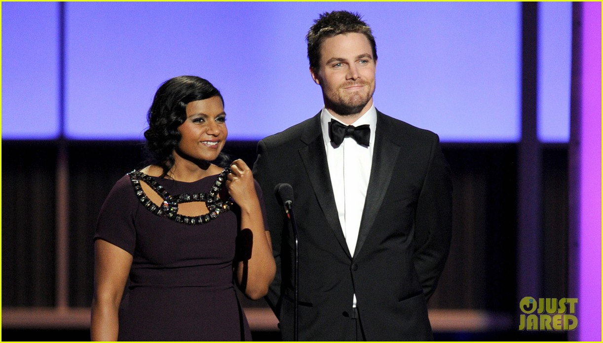 stephen amell emmys 2013 with mindy kaling 022958424