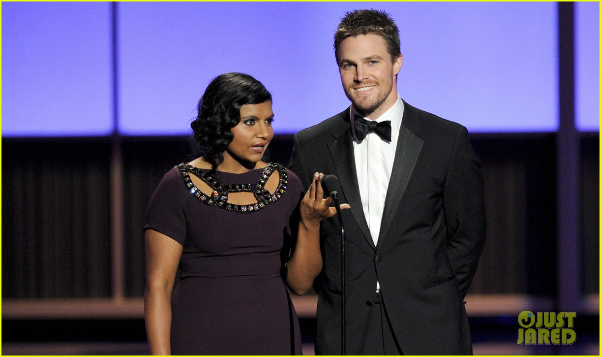 stephen amell emmys 2013 with mindy kaling 042958426