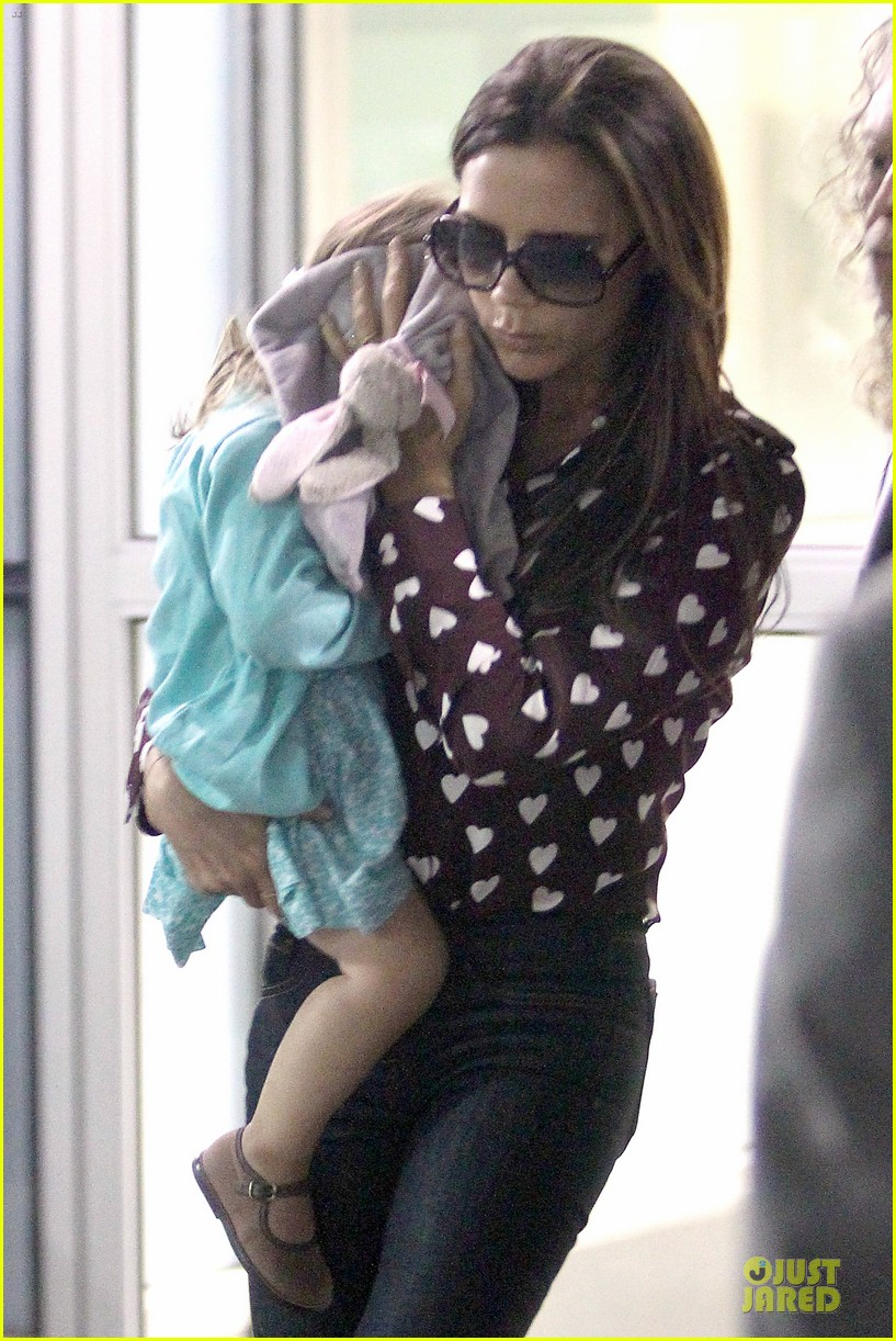 victoria beckham hearts harper at jfk airport 04